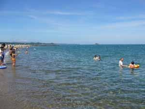 日本海の澄んだ海 -賀露みなと海水浴場-